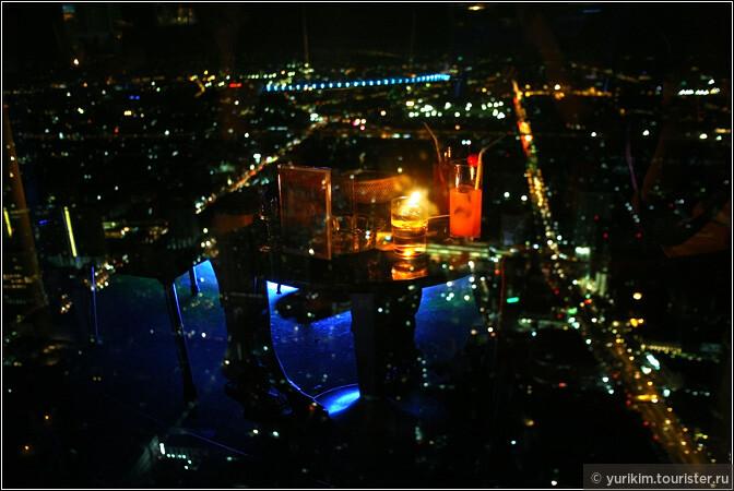 В стоимость билетика на смотровую площадку входит напиток в ресторане. И это очень здорово - посидеть за столиком, потягивая коктейль, и наблюдая, как город зажигает огни.