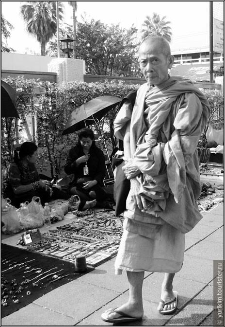 Монах на набережной