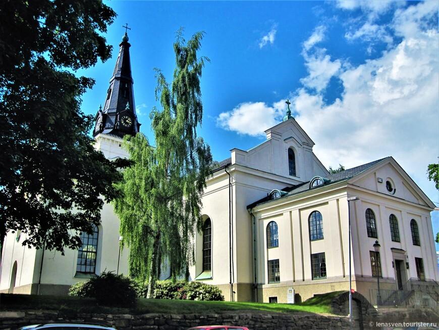 Кафедральный собор был построен в 1737 году. Он уцелел при страшном пожаре 1865 года в Карлстаде. Это главная церковь протестантов города.