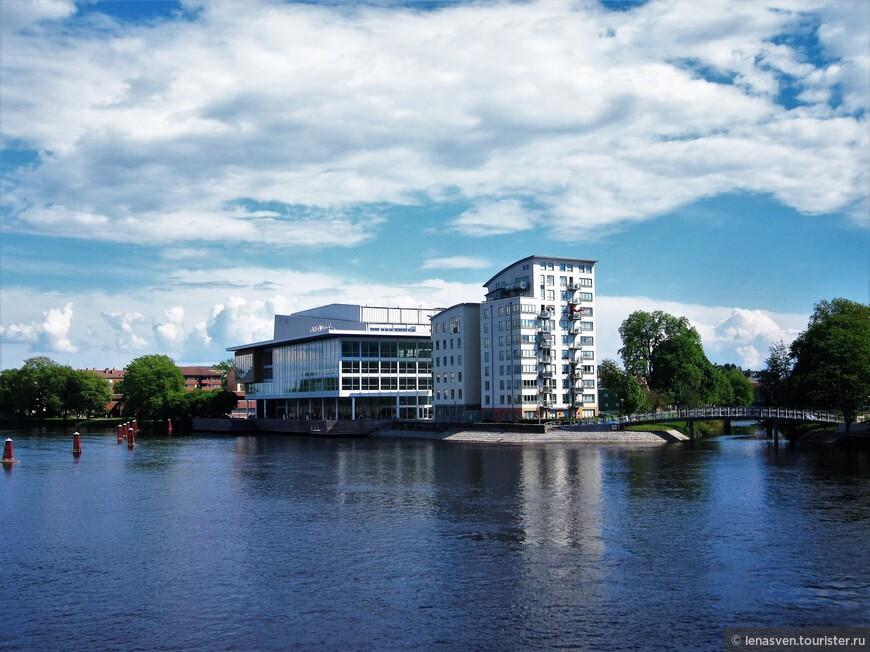 """Известное здание города под названием """"дом - корабль"""". Здесь - конференц-залы, большой концертный зал, рестораны. Первое же здание - жилой дом, второе - отель."""