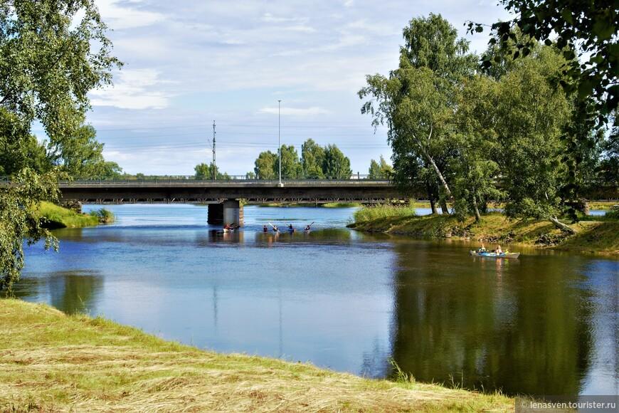 Два рукава реки Кларэльвен у нашего района Хагаборг. Вдали - железнодорожный мост.