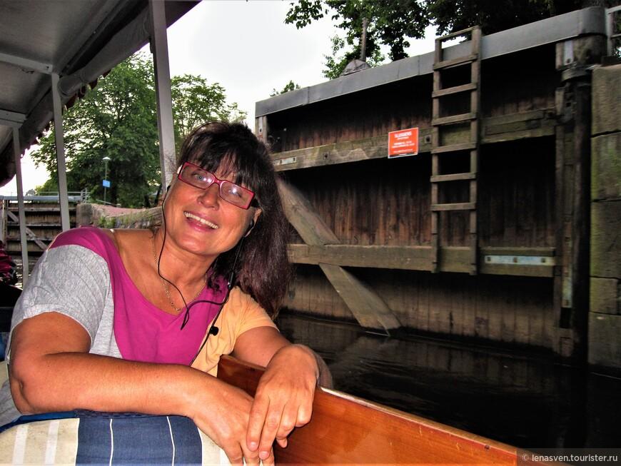 В Карлстаде есть свои ваппарето, как в Венеции, и они плавают по своим многочисленным маршрутам. Я плыву на водном трамвайчике по каналу со шлюзами (Pråmkanalen), соединяющему реку Кларэльвен и озеро Венерн. Впереди - старинный шлюз в центре города.