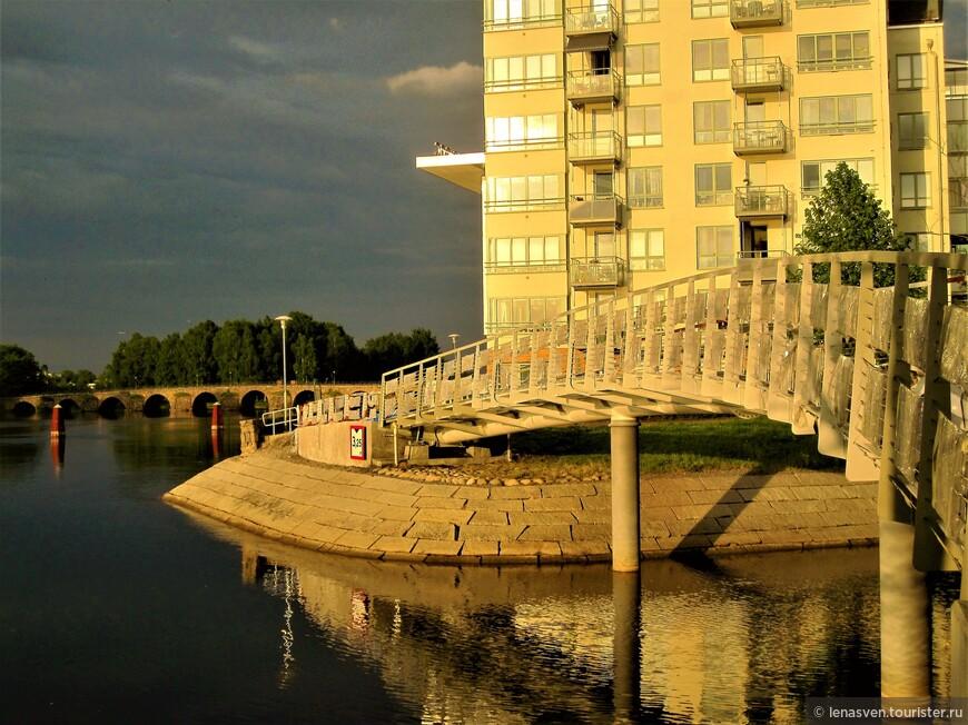 Карлстад - город мостов. Вот здесь видны два моста: один - самый старый, другой - самый новый.