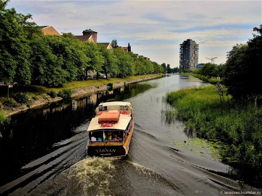 Карлстадские ваппарето, водные трамвайчики. Плывет по каналу (Pråmkanalen), связывающему реку Кларэльвен и озеро Венерн.