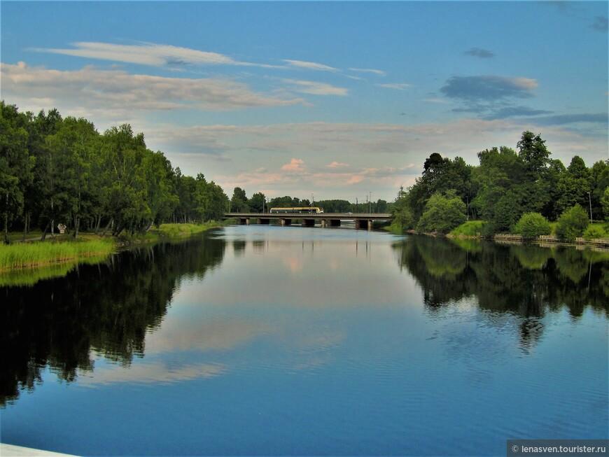 Один из рукавов реки Кларэльвен, у района Хагаборг, где я живу. Вдали - железнодорожный мост.