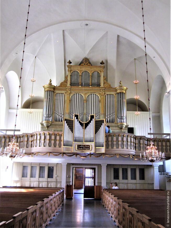 Большой орган собора. Здесь довольно часто проходят концерты органной музыки.