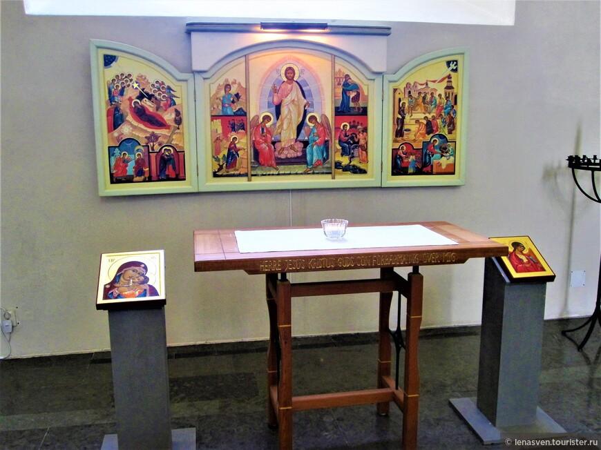 Эти православные иконы, что находятся в главном Кафедральном соборе в Карлстаде, написаны русской художницей - иконописицей, которая жила в Карлстаде. Она несколько лет назад умерла здесь.