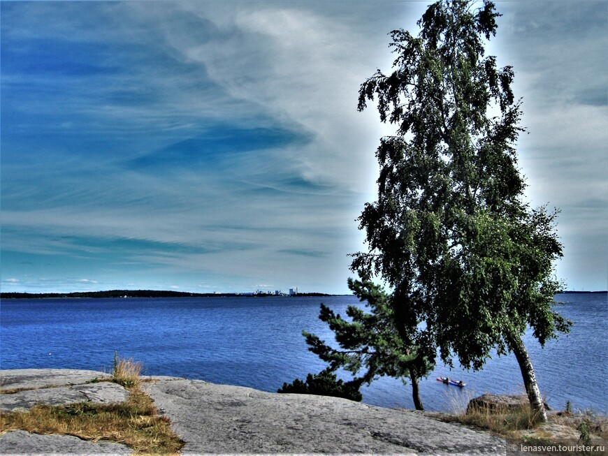Венерн. Третье по величине в Европе озеро, после Ладожского и Онежского. У озера Венерн и вырос Карлстад. Вдали, на другой стороне, виден целлюлозно-бумажный комбинат.