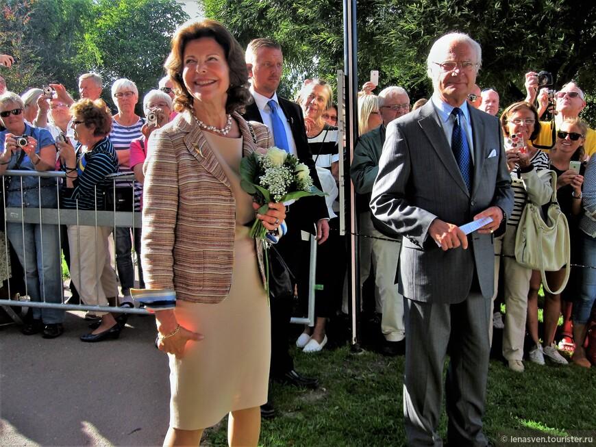 """В 2013-м к нам в Карлстад приезжали король Швеции Карл 16-й Густав с королевой Сильвией. Подданные их встречали очень радушно и тепло.  Мы с королем даже пожали друг другу руки. Он проходил мимо, я протянула руку, он остановился и пожал. Моя подруга была рядом, но не успела сфотографировать такой ответственный момент. Я, помню, расстроилась. Но через несколько дней она звонит мне и говорит: """"Лена, я тут зашла на страницу Королевского дома в интернете посмотреть инфу и фоты из Карлстада, о посещении его королевской четой... И что ты думаешь? На одной из фот - король и ты! Как раз в процессе пожимания рук! Видимо, фото сделал королевский фотограф и теперь это фото с тобой и королем - в архиве Королевского дома!"""" Я заглянула на ту страницу в инете и правда - король и я жмем друг другу руки."""