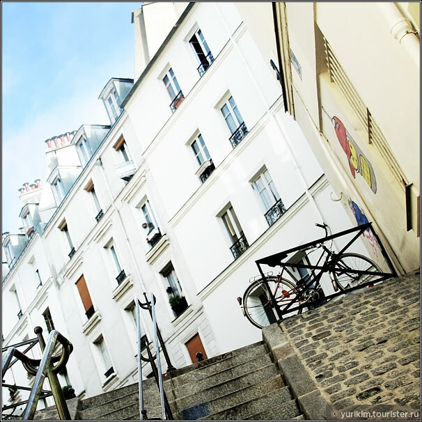 В осеннем Париже не так много туристов - ты поднимаешься на Монмартр, никого не встречая по дороге