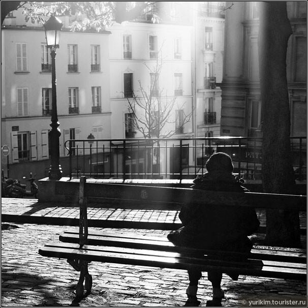 Лишь изредка попадаются бабушки на скамейках, но они сами как символ осени...