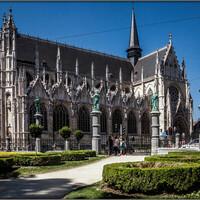 Церковь Нотр Дам дю Саблон (Eglise Notre Dame du Sablon) в 1304 году была построена на средства пяти военных гильдий и являлась часовней арбалетчиков. На площади Саблон, рядом с которой она построена, проходили стрельбы из арбалетов. В XV веке церковь активно перестраивается, но к своему нынешнему виду приближается лишь к 1550 году.