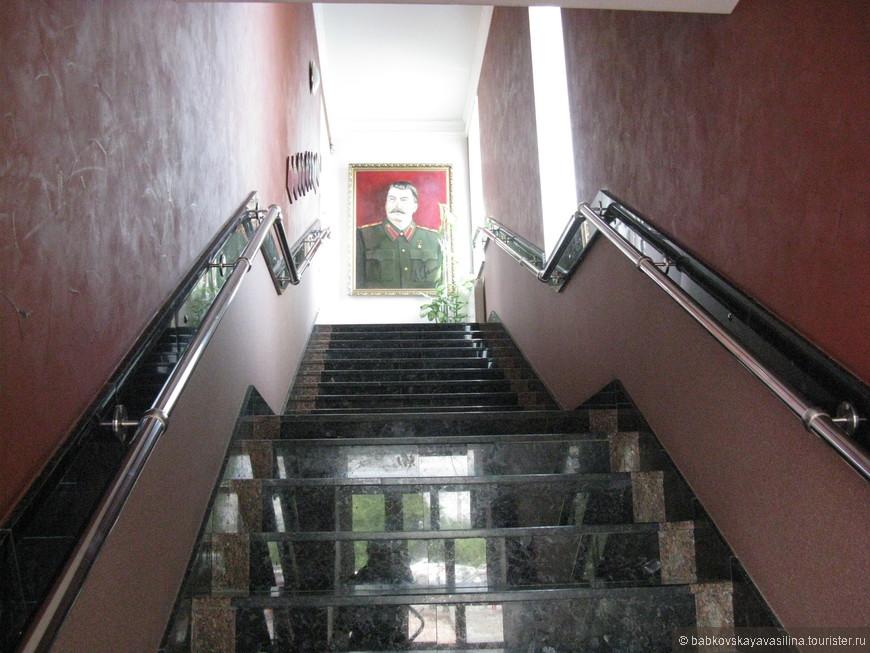 """Прилетев в город-герой, я поселилась в гостинице """"Сталинград"""".  Собственно, это главная лестница, по которой нужно подняться, чтобы попасть на ресепшн."""