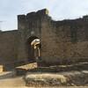Ператальяда защищена тремя стенами, рвом и мощным  замком.