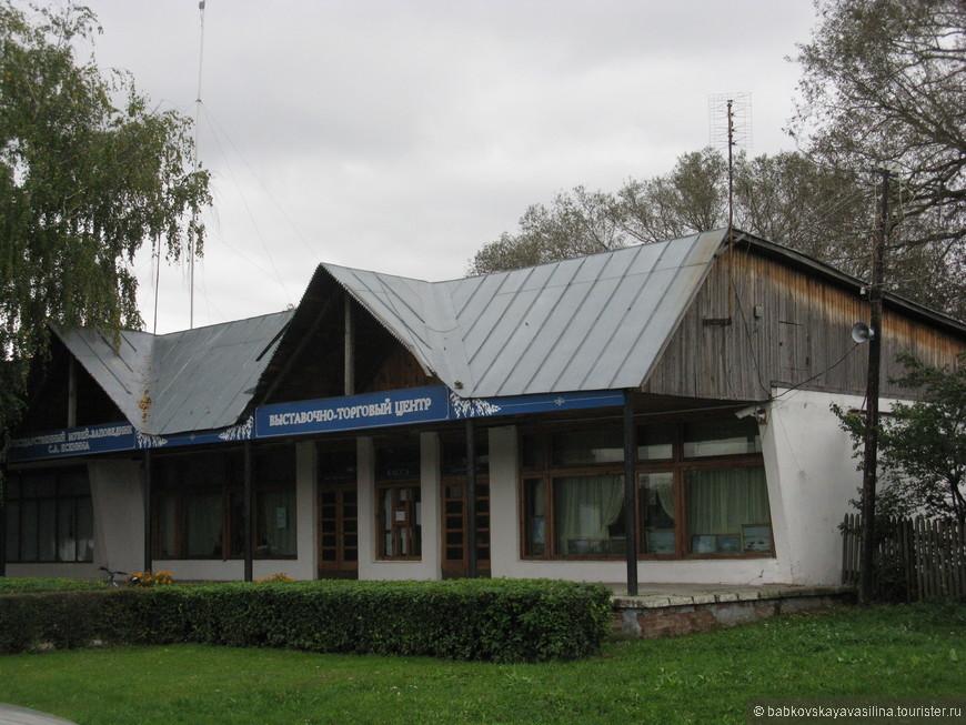 На въезде в Константиново можно зайти вот в эту лавку и купить любой понравившийся сувенир