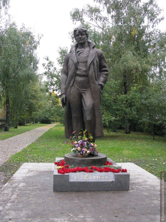 Рядом с домом памятник поэту