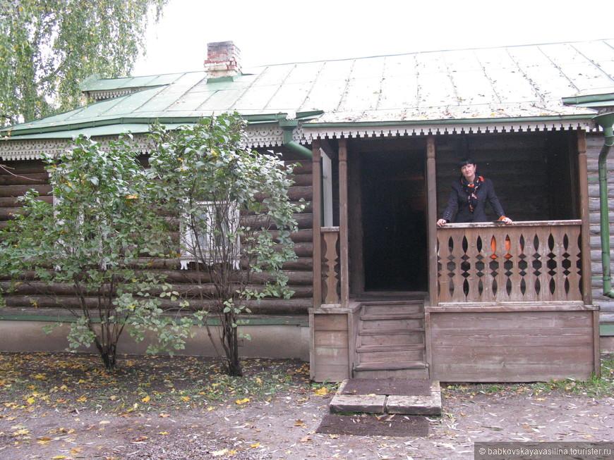 Уютный дворик с довольно высоким крыльцом. Поднимаешься по ступенькам и попадаешь в есенинский мир...