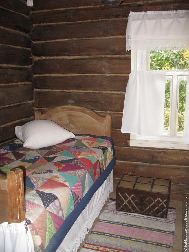 Стёганое одеяло да сундучок, вот, пожалуй, и все ценности этого домика