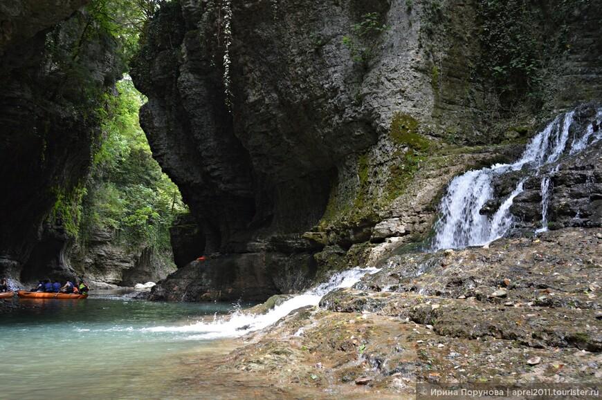 Постепенно цвет воды и зелень вокруг становятся более насыщенными.