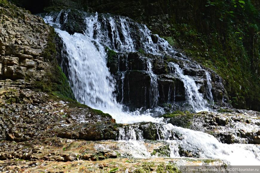 Водопады со скал устремляются вниз каньона.