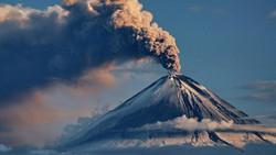 Вулкан Ключевской выбросил столб пепла высотой 8 км