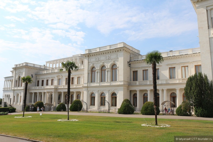 В Крыме множество мест, которые будучи там стоит посетить, они того стоят. Это роскошные дворцы.