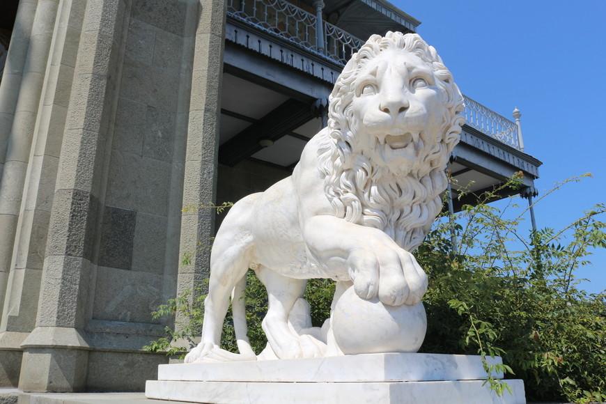Львы,  как  благородные каменные стражи днем и ночью следят за тем, чтобы к великолепному замку не подступали враги.