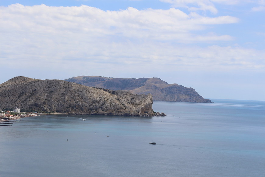 Для тех,  кто не любит пассивный отдых, можно полюбоваться на красивые бухты,  непреступные скалы.