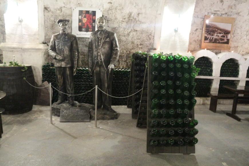 В его коллекциях находились лучшие вина со всей планеты, которые он бережно хранил. В этой коллекции находилось более 50 тысяч экземпляров, были там вина 18 и 19 века.