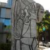 Статуя возле музея Бойманса ван Беунингена. Скульптура была сделана норвежцем Карлом Нежаром (1920). Бетонный Пикассо, который на самом деле не совсем Пикассо, а лишь слегка увеличенная версия его работы. Для тех кто не догадался, в бетоне увековечена последняя муза мастера, 19-летняя модель Sylvette.