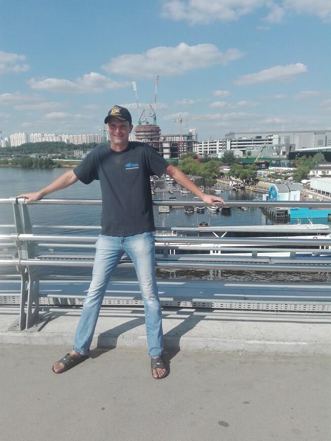 Павшинский мост - вид на яхт-клуб «Крокус Сити» и на Москву-реку