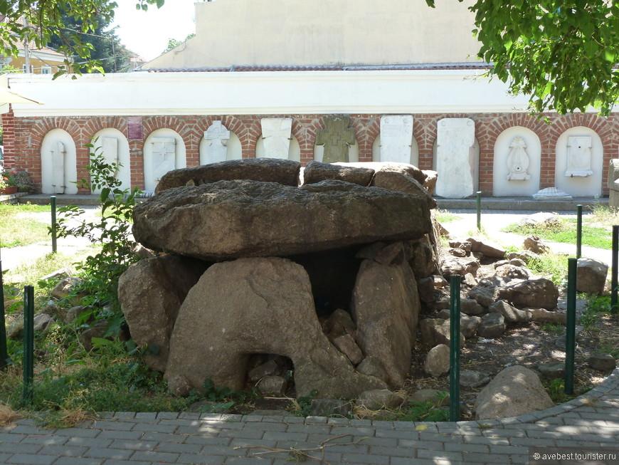 Плиты древних захоронений.