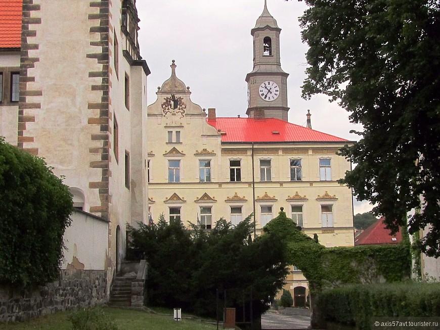 Муниципалитет города, из сада нижнего замка.