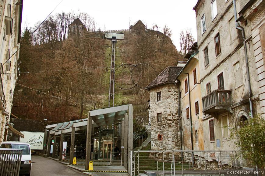 Фуникулёр на замок (Люблянский Град). Решил сократить путь на нём, пешком было лениво, время жалко терять, хотелось успеть наверх попасть засветло. Цена карты 2,20 евро, минута удовольствия и вы на верху