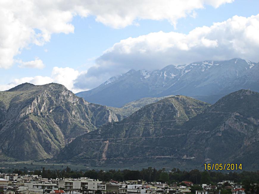 С вершины открывается прекрасный вид на город и Тайгет.