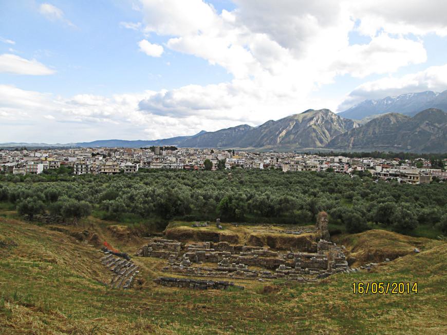 У подножья холма – остатки античного театра.
