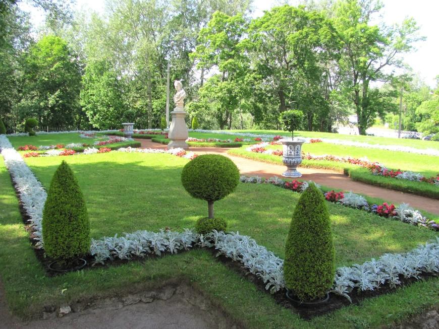 Крохотные садики около дворца радовали  глаз летними красками
