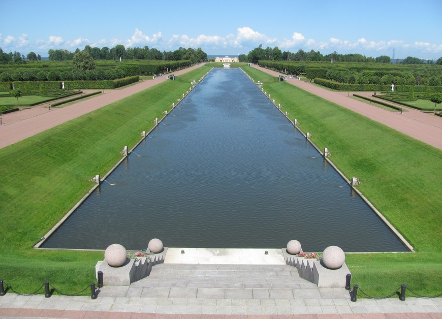 Центральный канал и пристань у парадного фасада дворца