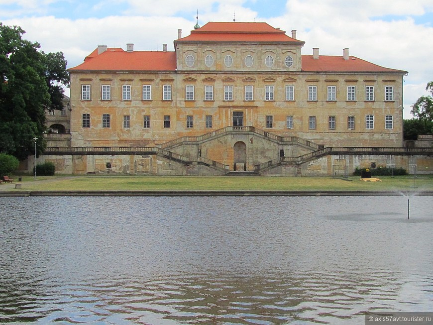 Zámek Duchcov (Духцовский замок) самый близкий от нас, но не самый ухоженный.  Много раз замок перестраивался, меняя владельцев. Последний -  граф Вальдштейн пригласил поработать в замке библиотекарем Джакомо Казанову. Здесь он и писал свои мемуары.