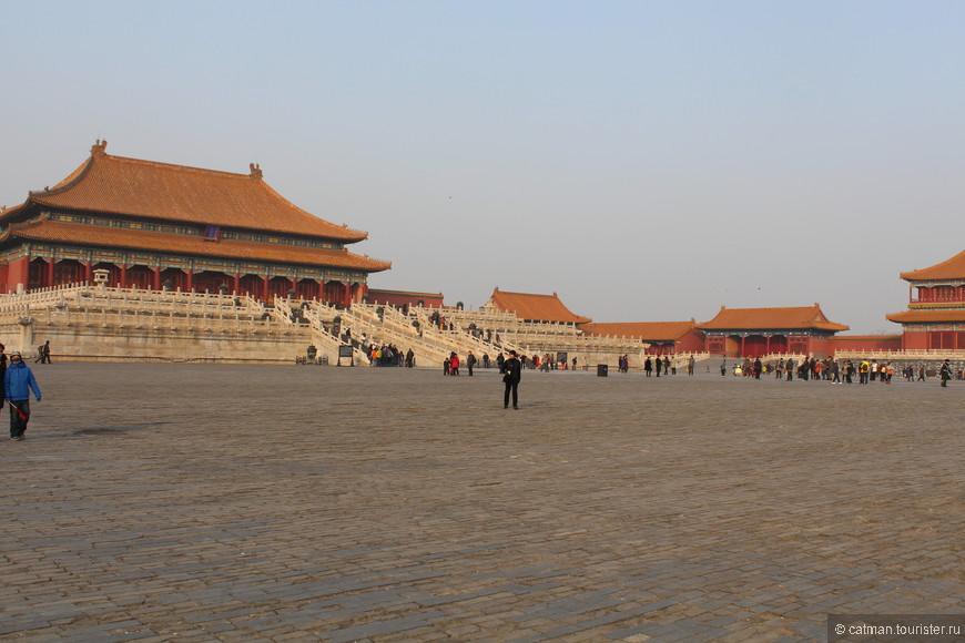 Зимний императорский дворец реально огромный, это лишь одна из его площадей