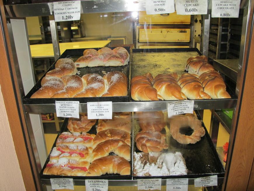вот такое стряпают в круглосуточных пекарнях, плюс пиццу и много национальных изделий из теста с сыром. Вкусно.