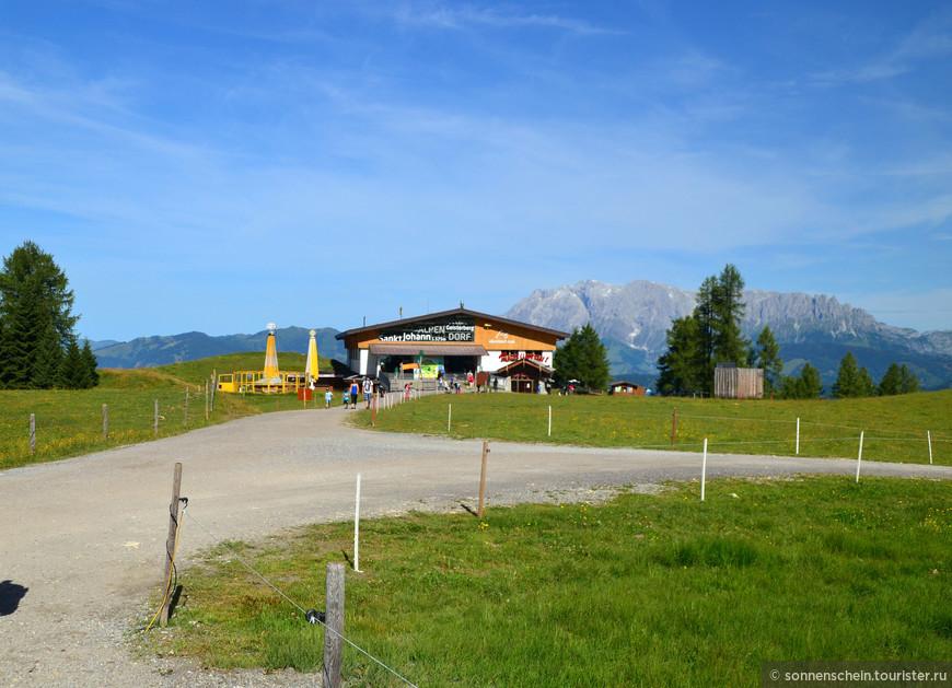 Гондольные кабины канатной дороги доставляют туристов к Obergassalm, откуда начинаются пешеходные туры по великолепным местным пейзажам.
