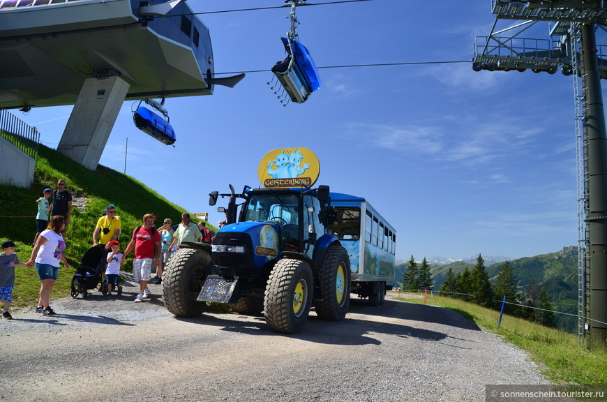 Вот на таком тракторе-паровозике довозят до конечной станции, ходит каждые полчаса. Родители с детьми стремятся в парк, остальные туристы поднимаются выше или могут отдохнуть в ресторанчике.