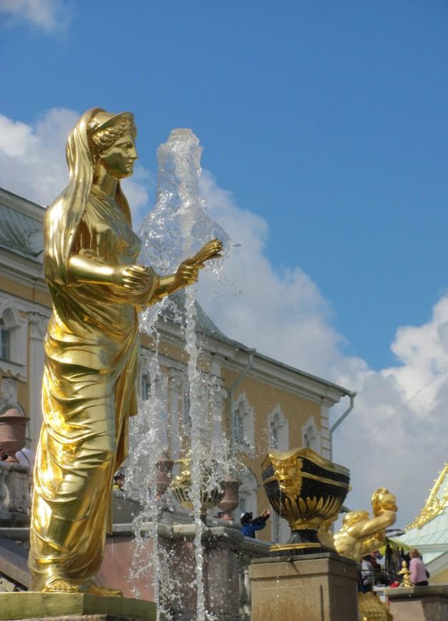 На суету спокойно взирают скульптуры - им не привыкать...