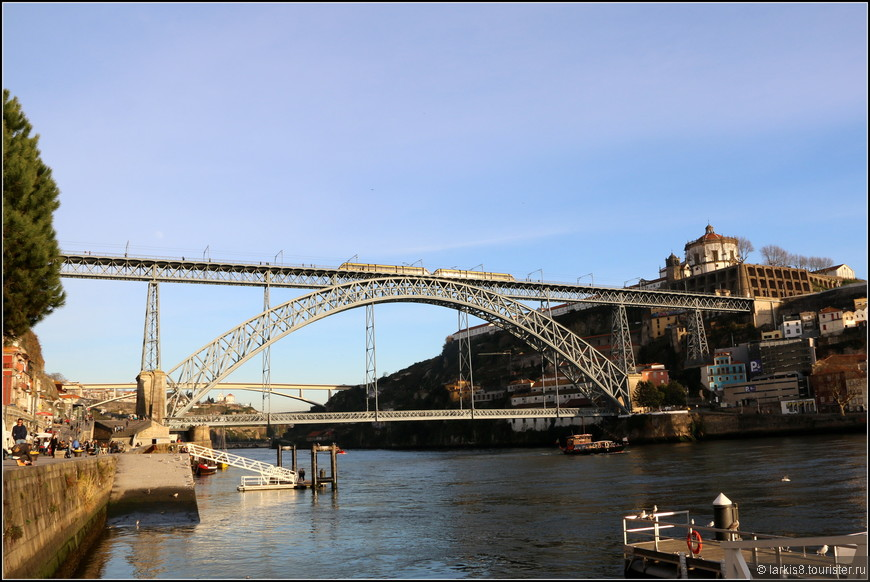 Вид на мост Дона Луиша I (Ponte Luís I) – самое популярное и тиражируемое изображение города. Мост, сооружёный в 1886 году по проекту Теофила Сейрига - ученика и компаньона знаменитого Гюстафа Эйфеля, служит важной транспортной артерией, соединяющей города Порту и Вила Нова де Гайа, расположенные на разных берегах реки Дору, автодорогой, линией метро и пешеходным проходом.