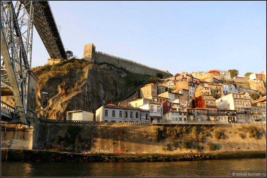 Сразу от моста начинается старинная крепостная стена.Строительство крепостной стены вокруг города началось в 1336 году, во время правления Афонсу IV и длилось в течение 40 лет. Завершилось оно в 1376 году уже под правлением короля Фернанда, в чью честь и была названа стена. Впоследствии часть стены была разрушена, сейчас осталась лишь её часть, с 1926 года внесеная в список памятников Португалии национального значения.
