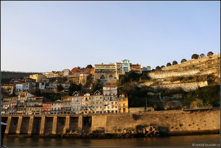 Берега реки надежно укреплены каменными стенами.
