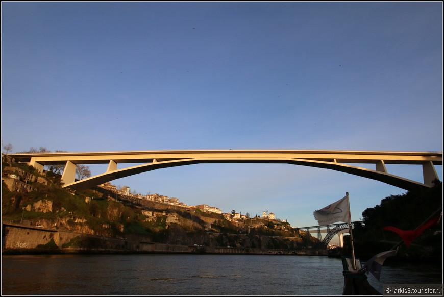 Очень элегантный автомобильный Инфант-мост был открыт в честь Инфанте Д. Энрике в 2003 году. Это уникальный инженерный проект, спроектированный архитектором Адау да Фонсека с эллиптической аркой типа Майарта высотой 25 метров и шириной пролета 280 метров, что является мировым рекордом для мостов такого типа. Мост считается одним из самых красивых в мире для мостов этого типа.