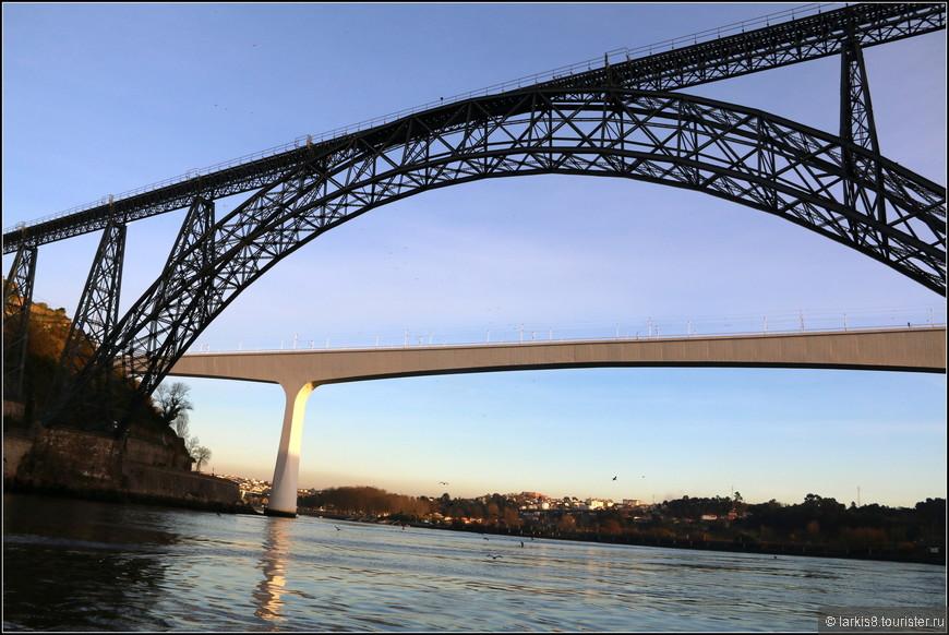 Инженер Гюстав Эйфель известен благодаря названной его именем башне в Париже, однако его путь к международной славе начался именно в Порту. Здесь в в 1876–1877 годах по его проекту был возведен железнодорожный мост Понте-де-Дона-Мария-Пиа (Ponte Maria Pia), названный так в честь королевы Марии Пии Савойской, жены Луиша I..
