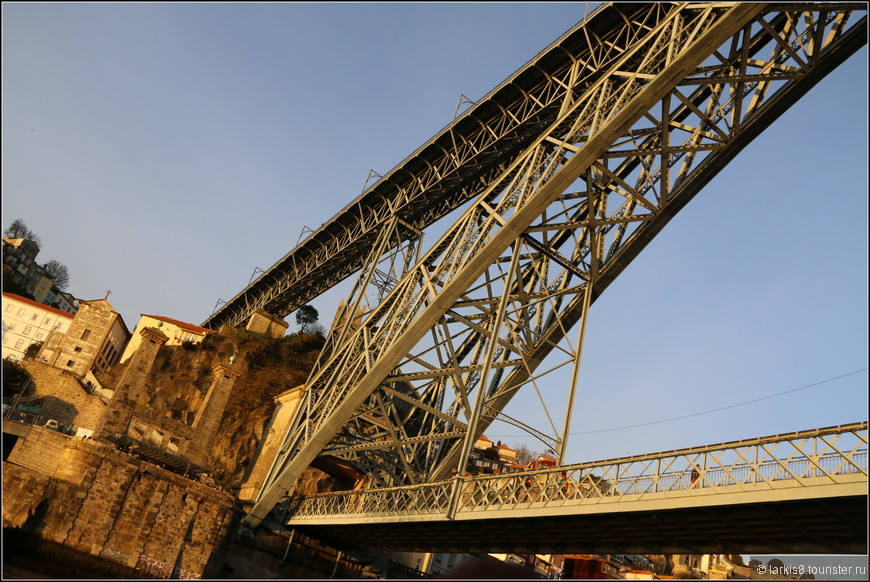 Два уровня моста Дона Луиша I , связанные ажурной аркой.